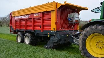 L'inoculant biologique est stocké dans une cuve et pulvérisé au niveau du pick-up de la presse ou de l'ensileuse.