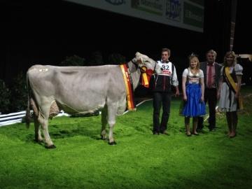 qui exprime très bien le potentiel de la Brune : 12058 kg à 38.7 TA et mère à taureaux avec 5 fils en CIA !