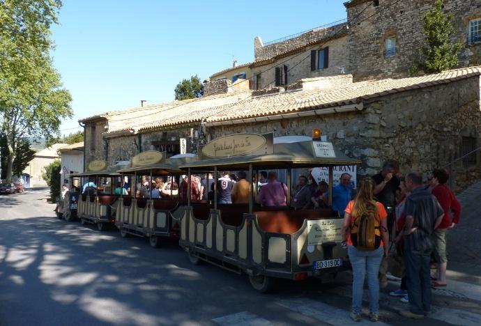 Le train à l'arrivée du circuit: il compte 3 wagons contenant chacun 18 personnes, soit un total de 54 personnes maximum