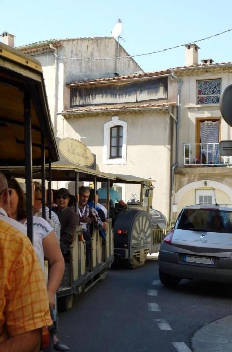 Le train fait le tour du village avant d'emprunter les routes des vignes...
