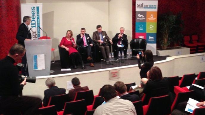 Première table ronde du colloque de la Saf. Assis de gauche à droite, Susannah Gordon (ambassade de Nouvelle Zélande), Karl Walsh (ambassade d'Irlande), Juergen Ohlhoff (Ambassade d'Allemagne) et Nico Van Opstal (Ambassade du royaume des Pays-Bas).