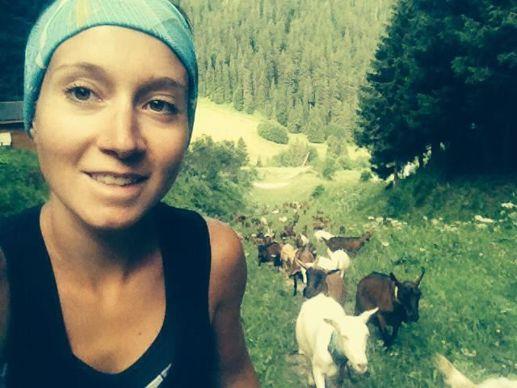 Caroline Joguet et ses chèvres en route pour l'alpage