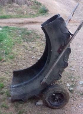 Pneu de tracteur recyclé en brouette