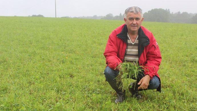 Pascal Roux, agriculteur en Loire Atlantique dans ses prairies semées à la volée