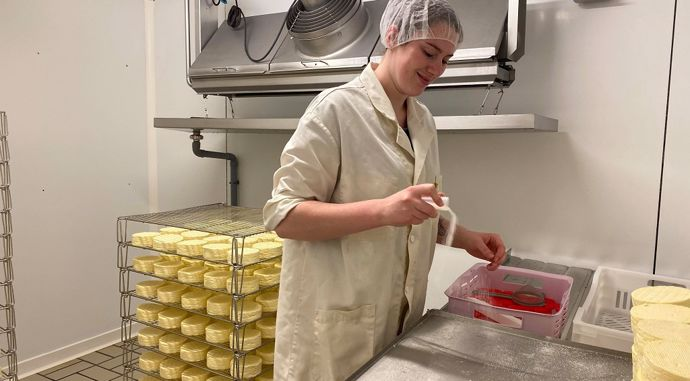 Adèle en plein salage des camembert
