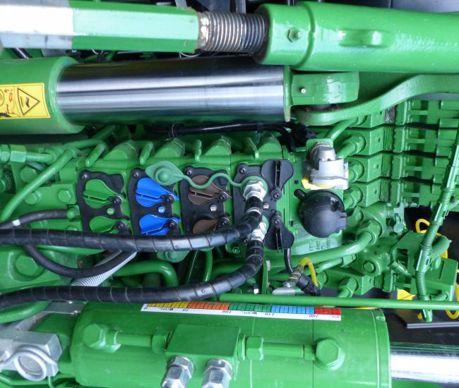 John Deere monte, à l'arrière, jusqu'à six distributeurs hydrauliques dotés de leviers de décompression.