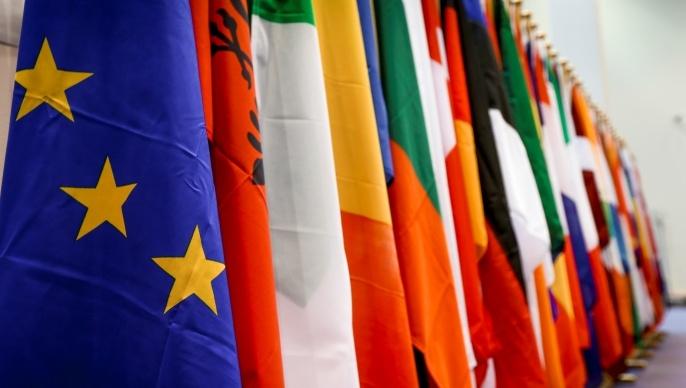 Les drapeaux des vingt-huit pays membres del'Union européenne.