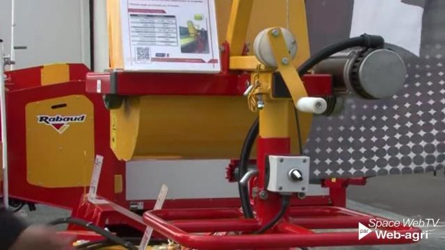 Une distributrice de litière automatisée chez Rabaud