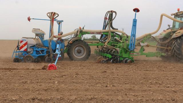 Une belle mécanique à 7 rangs, pour préparer, semer et fertiliser en même temps