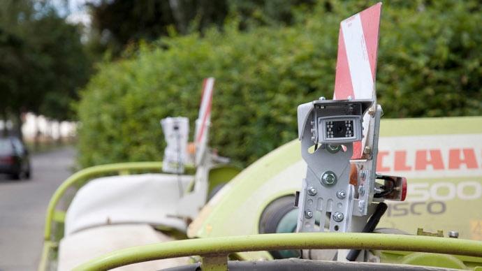 Deux caméras sont installées de part et d'autre del'outil attelé àl'avant.
