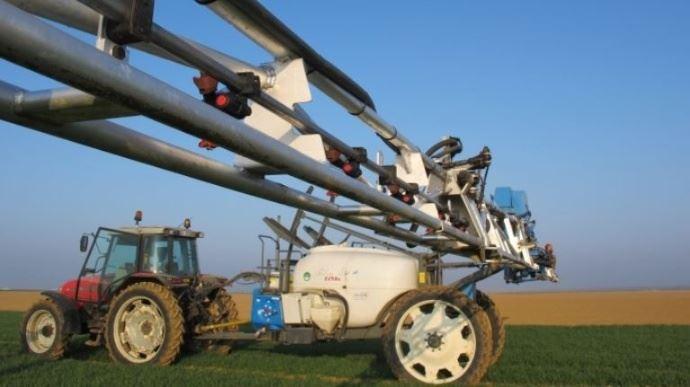 Pulvérisateur dans un champ pour un traitement phytosanitaire