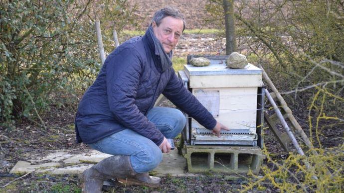 Jacques Mercier et ses ruches à Erceville