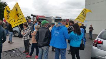 Belgique: protestation d'éleveurs devant une usine contre les prix bas du lait