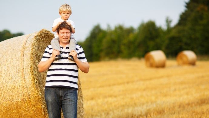 Père et fils au champ.