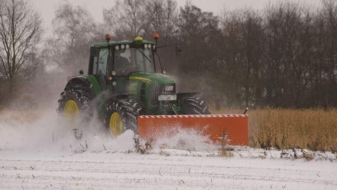 Tracteur agricole avec lame de déneigement Bema 1100.
