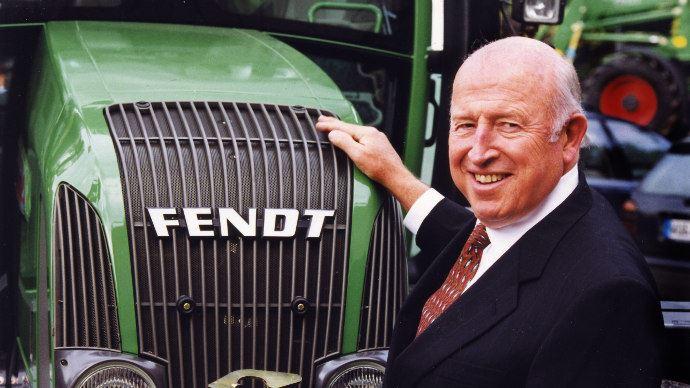 Robert Ratliff posant devant un tracteur Fendt