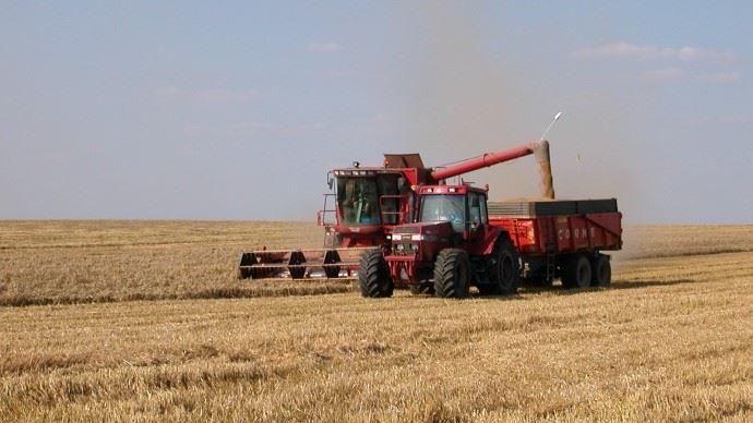 tracteur et moissonneuse dans un champ de ble