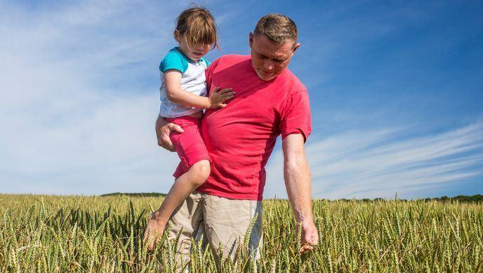 agriculteur et sa fille dans un champ