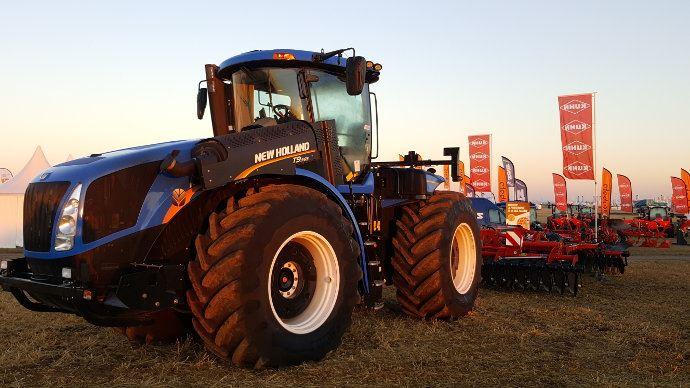 Les Agroéquipements à l'aube d'un nouveau cycle? Ici un T9 New Holland au petit matin sur Innov-agri