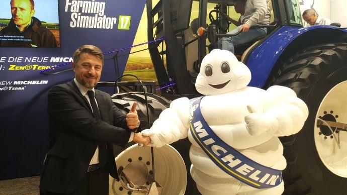 Emmanuel Ladent, président de la ligne produits agricoles Michelin avec le célèbre Bibendum