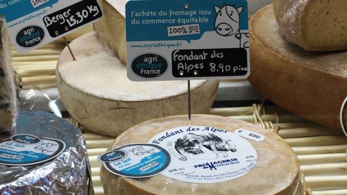 La fromagerie de Montbardon, désormais engagé dans la filière Agri-Éthique, commercialise ses fromages de façon équitable