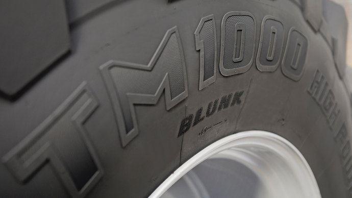 """Le service de personnalisation YourTire de Trelleborg a été présenté à l'agritechnica un pneu IF900/65R46 TM1000 High Power au nom de """"Blunk"""" un entrepreneur allemand."""
