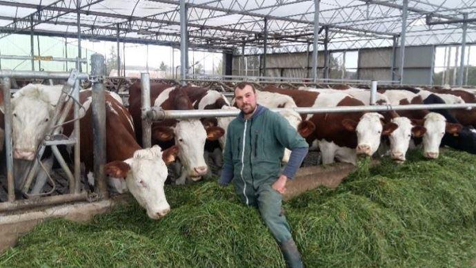 Gaëtan Le Meur maximise l'EBE de son exploitation grâce à la taille de son atelier, le système herbe et la valorisation du produit viande de ses Montbéliardes