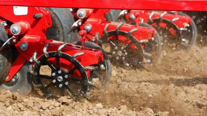 Les roues de fermeture à doigts sont à privilégiées en sols lourds.