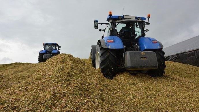 Les tracteurs dédiés au tassement du silo doivent être propres et doivent étaler le maïs en couches régulières.
