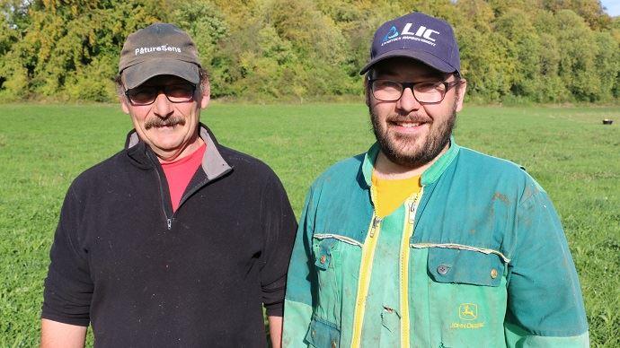 Thierry Dubos et son fils Aurélien conduisent leurs 90 vaches laitières sur une centaine d'hectare d'herbe en pâturage tournant dynamique depuis 2016