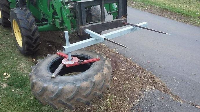 Ancienne roue de tracteur fixée sur un moyeu d'essieu de machine agricole