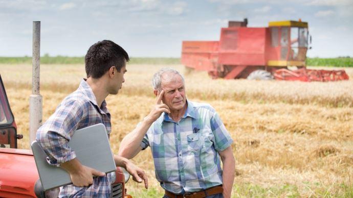Ph - Deux agriculteurs - Budimir Jevtic - Fotolia