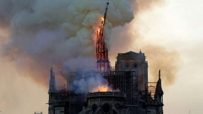 La cathédrale Notre-Dame de Paris en proie aux flammes d'un incendie qui ravagera les deux tiers de sa toiture, lundi 15 avril 2019 dans la soirée.