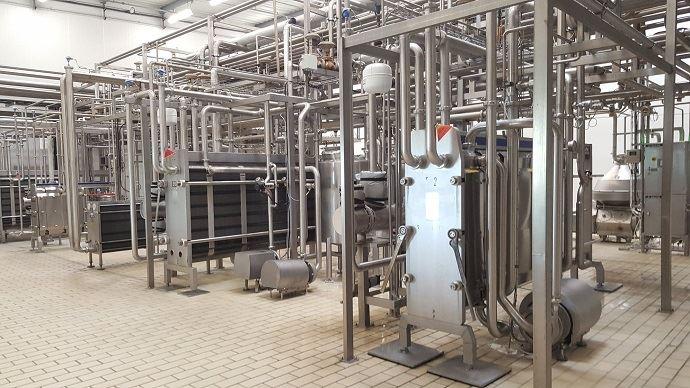 Pour faire des économies d'énergie, le lait froid est utilisé grâce à un circuit spécifique pour refroidir le lait pasteurisé.
