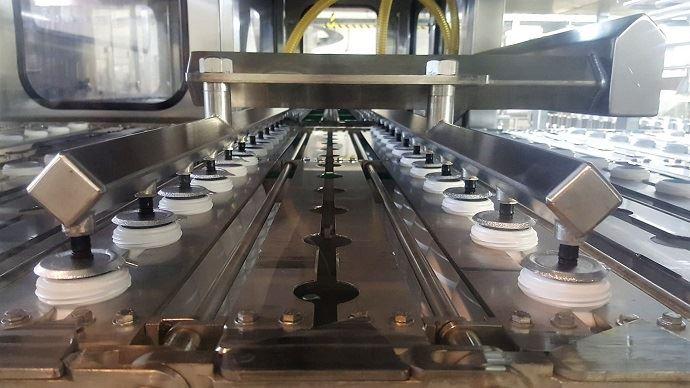 La pose de l'opercule scelle les bouteilles qui sont ensuite marquées de la date de production et numéro de lot.
