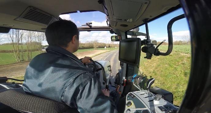 Homme conduisant un tracteur