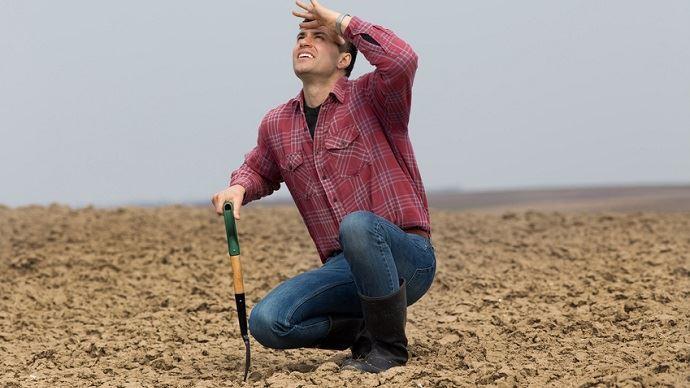 agriculteur dans son champ face a la canicule
