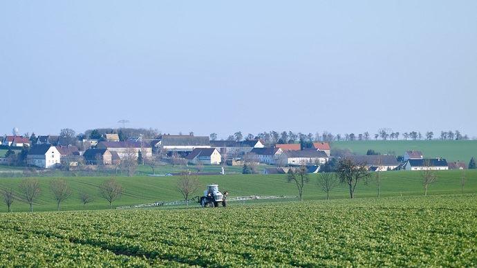 Plusieurs maires de France ont pris des arrêtés interdisant l'usage agricole des produits phytosanitaires près des habitations. En 2012, le tribunal administratif de Lyon avait annulé un arrêté similaire.