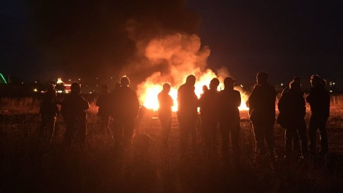 En Ile-de-France, les agriculteurs de la FNSEA et Jeunes agriculteurs se relaient chaque soir depuis lundi pour allumer des