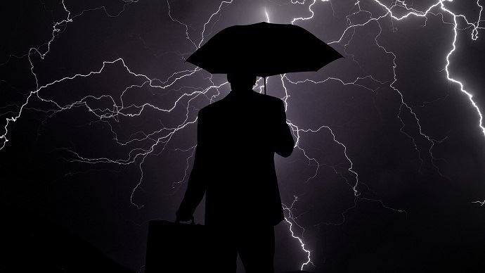 Homme sous l'orage