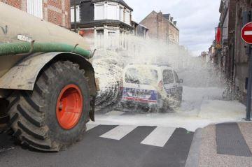 Des agriculteurs en colère déversent du lait à Amiens