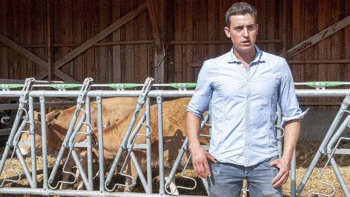 Léo Girard (26) élève des brebis laitières, des porcs et des bovins de race Aubrac à La Baume Cornillane (26)