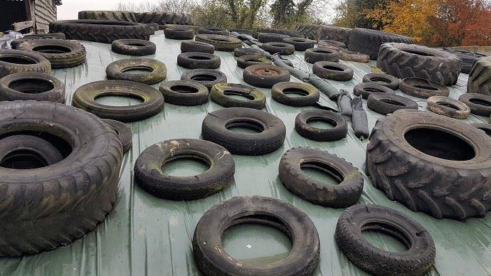 Silo d'ensilage recouvert de pneus usagés