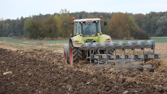 Tracteur en train de labourer un champ