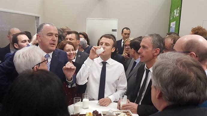 Emmanuel Macron, lors de l'inauguration du #Sia2019, sur le stand de l'interprofession laitière