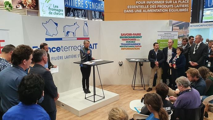 Elisabeth Borne, ministre de la transition écologique, sur le stand de l'interprofession laitière pour faire le point sur la labellisation bas-carbone des exploitations agricoles.