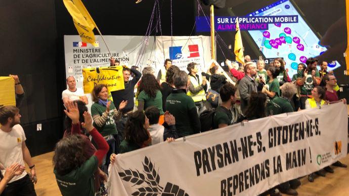 La Confédération paysanne dénonce l'industrialisation de l'agriculture sur le stand du ministère, au SIA 2020