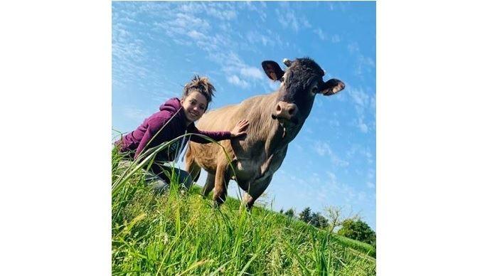 amandine berguer jeune femme passionnee de concours bovins de race bazadaise et jersiaise