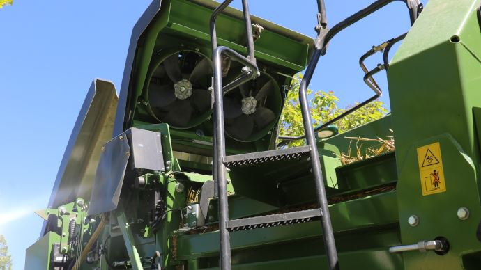 Deux ventilateurs génèrent de la pression autour du noueur et maintienne propre.