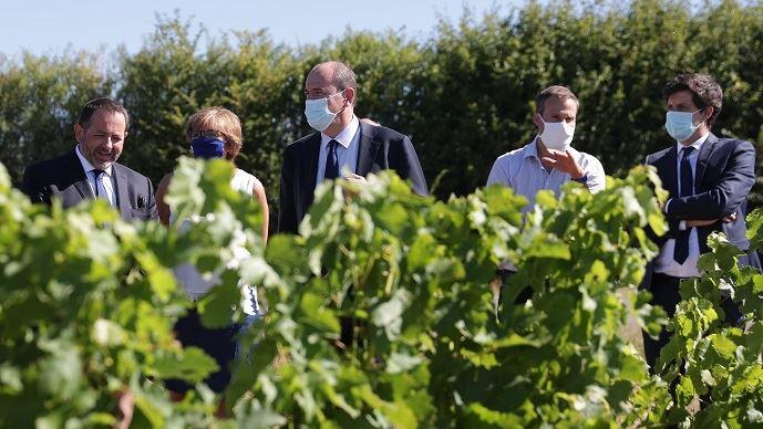 Jean Castex et Julien Denormandie sur une exploitation viticole de Menetou-Salon, mercredi 5 août 2020.